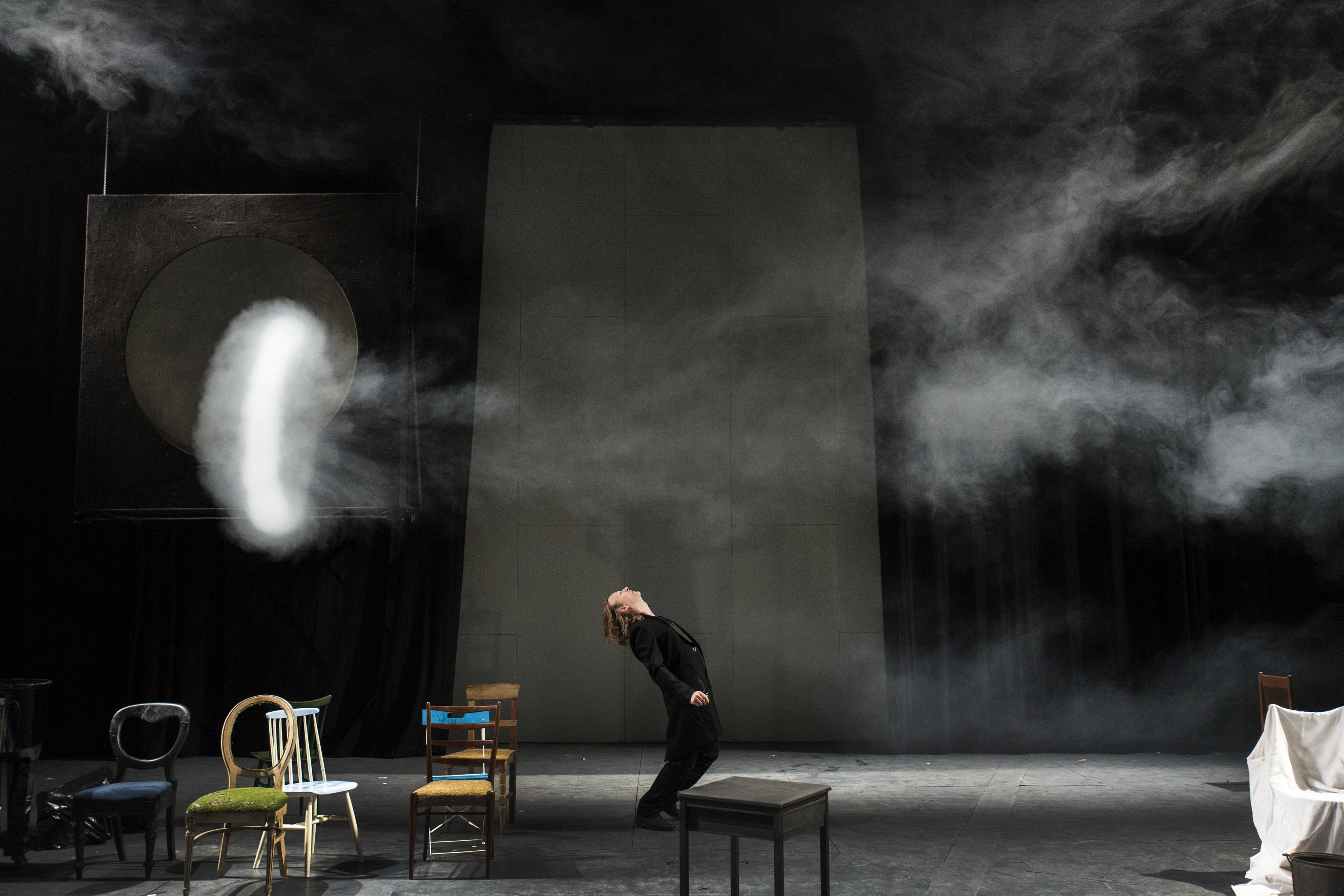"""Den Haag, 14-10-2014. Beeld uit de voorstelling """"Metamorfosen"""" regie Aus Greidanus sr. bij toneelgroep de Appel. Foto: Leo Van Velzen."""